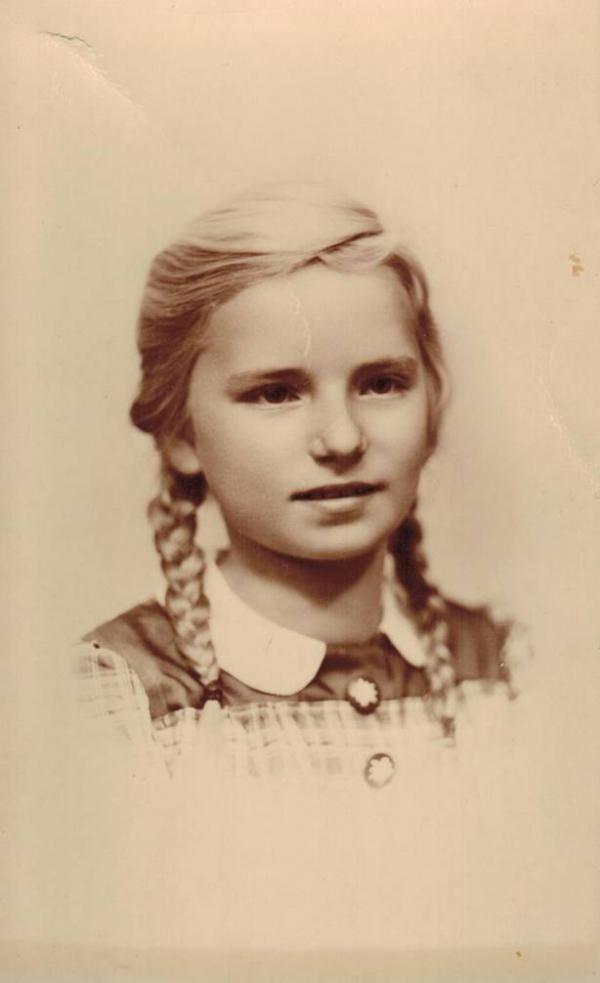 Zeitzeugin Katja Sturm-Schnabl, Porträtfoto als junges Mädchen © Katja Sturm-Schnabl