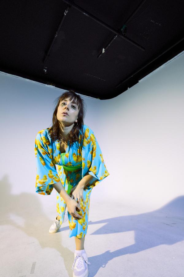 Ganzkörperaufnahme der Musikerin PIPPA © Hilde van Maas